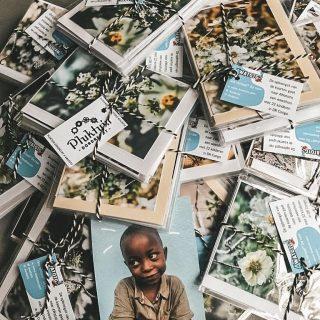 De meeste winkels zijn dicht. Bij ons zijn deze prachtige kaarten nog wel te koop. Maak jezelf of iemand blij met een pakketje van 3, 5 of 10 kaarten en alles gaat naar het goede doel @4watoto ! 💕🎄 Stuur een berichtje....
